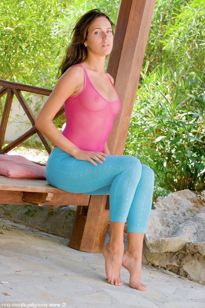 Голая в розовом эротичном купальнике