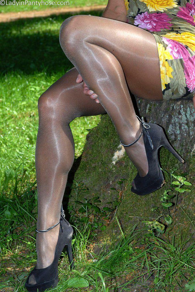 X grannies in pantyhose skirt